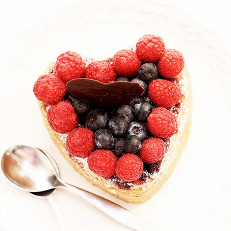 Heart-shaped fruit cheesecake