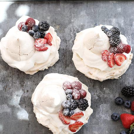 Pavlova dessert – seasonal fruit
